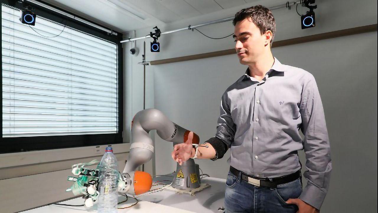 """Smart"" Prosthetic Hand Shares Human and Robot Control"